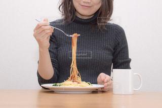 食事中の女性の写真・画像素材[969756]