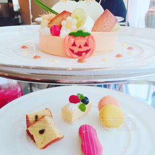 テーブルの上に食べ物のプレートの写真・画像素材[855896]