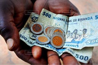 アフリカ・ルワンダのお金を持った手の写真・画像素材[964550]