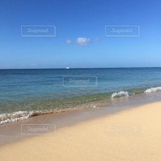 ハワイ 砂浜 ワイキキビーチ 海 夏 青空 空 波の写真・画像素材[1350561]