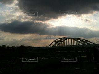 陽射し 日差し 橋 空 曇天の写真・画像素材[1350720]