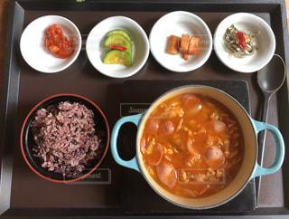 種類の皿の上の食べ物がいっぱい入ったボールの写真・画像素材[1084235]