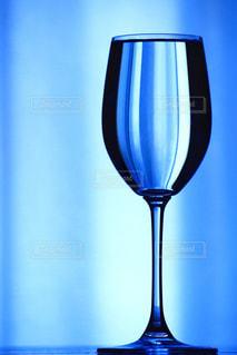 テーブルの上に置かれたグラスの写真・画像素材[2283017]