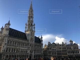 街にそびえる大きな時計塔の写真・画像素材[1058124]