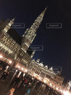 夜のライトアップされた街の写真・画像素材[1058125]