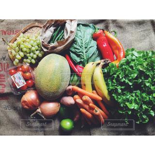 ディスプレイにさまざまな野菜の束の写真・画像素材[1030349]