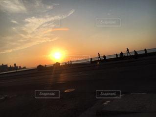 夕焼けのある道の写真・画像素材[2276030]