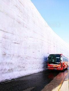 山の側に停まっているバスの写真・画像素材[3363761]