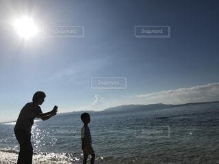 男と女がビーチに立っての写真・画像素材[1252232]