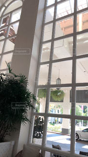 部屋の家具と大きな窓いっぱいの写真・画像素材[1320501]