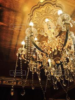 天井からぶら下がっているシャンデリアの写真・画像素材[742740]