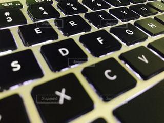 近くにコンピューターのキーボードのの写真・画像素材[748980]