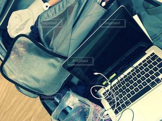 ノート パソコンの横に座って荷物のバッグの写真・画像素材[807652]