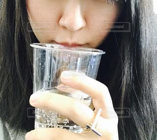 水のガラスを保持している女性 - No.809013
