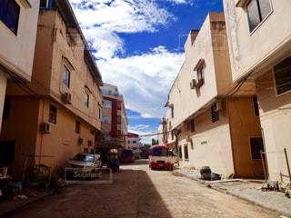 車の通りは建物の脇に駐車 - No.849412