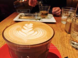 コーヒーやビール、テーブルの上のガラスのカップの写真・画像素材[1181899]