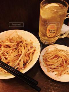 近くのテーブルの上に食べ物のプレート - No.1205122