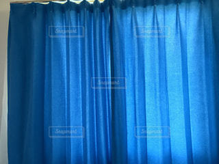 #光#カーテン#青#青く光る#光るカーテン#家具#朝の写真・画像素材[508723]