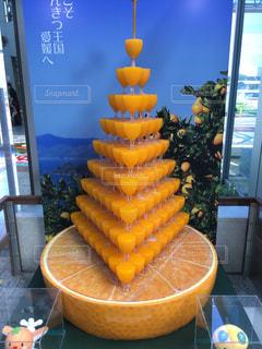 テーブルの上のオレンジのボウルの写真・画像素材[1005545]