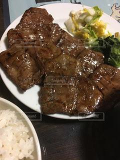 皿のご飯肉と野菜料理の写真・画像素材[1178443]