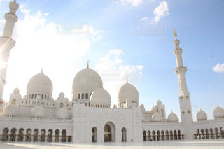 シェイク ・ ザーイド ・ モスクとビルを背景に、大きな白いの写真・画像素材[1855403]