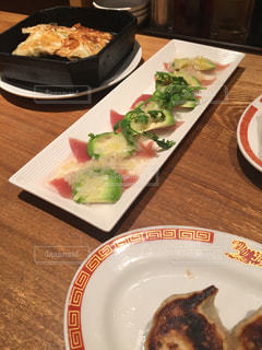 餃子とアボカドトマトの写真・画像素材[1256542]