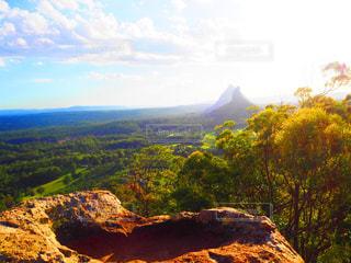背景の木と岩が多い山のビューの写真・画像素材[1522366]