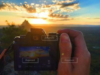 携帯電話を持つ手の写真・画像素材[1522367]