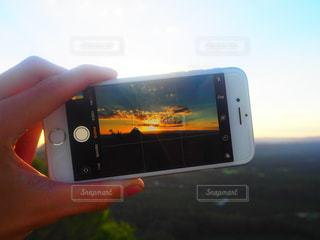 近くに携帯電話を持つ手のアップの写真・画像素材[1522368]