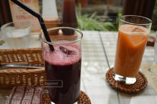 コーヒーやビール、テーブルの上のガラスのカップの写真・画像素材[1085400]