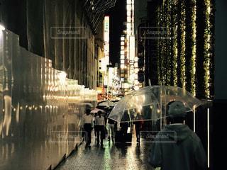 にわか雨が降る東京で。雑踏。の写真・画像素材[749231]