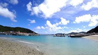 水の体の近くのビーチにボート - No.716525