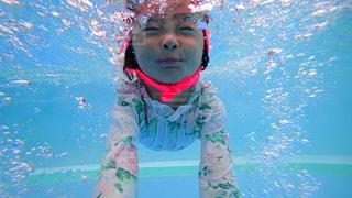 体内の水を泳いでいる人の写真・画像素材[716538]