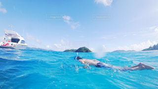 水体を泳ぐ人たちのグループの写真・画像素材[721840]