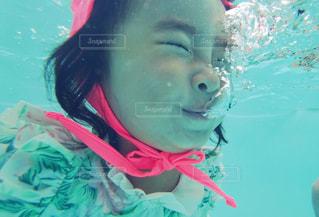 水中を泳ぐ女性の写真・画像素材[722390]