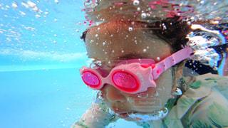 水中で泳いでいる人の写真・画像素材[722404]