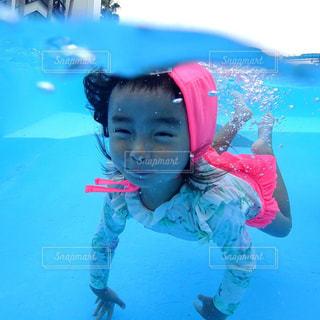 水体で泳ぐ子の写真・画像素材[722413]