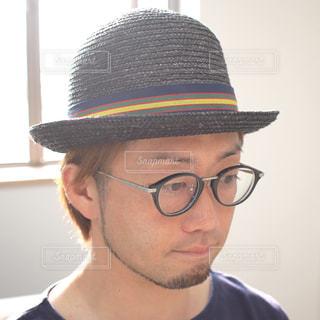 帽子と眼鏡を身に着けている男の写真・画像素材[853922]