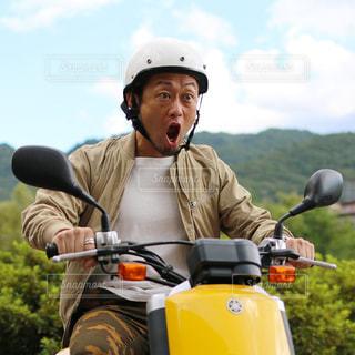 バイクの後ろに乗って男の写真・画像素材[853942]