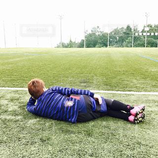芝生に横たわる小さな男の子 - No.854025