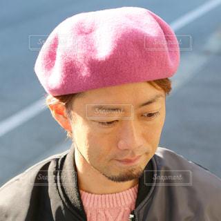 赤い帽子をかぶった男 - No.854053
