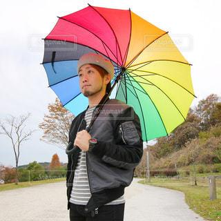 人が傘を持って雨の中を歩いての写真・画像素材[1657057]