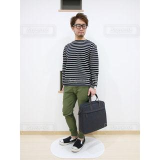 スーツケースの横に立っている人の写真・画像素材[1760817]