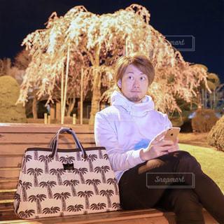 ベンチに座っている少女の写真・画像素材[1761547]