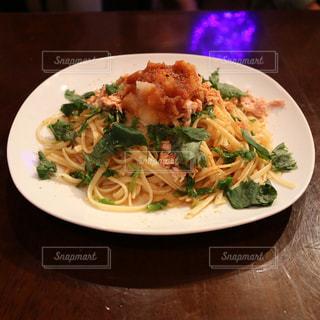 テーブルの上に食べ物のプレートの写真・画像素材[1765894]