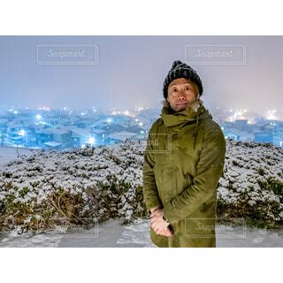 雪の中に立っている人の写真・画像素材[4371444]