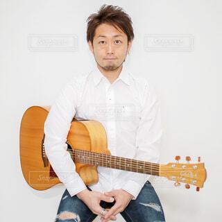 ギターを持っている人の写真・画像素材[4371468]