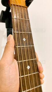 ギターを持つ手の写真・画像素材[4394082]