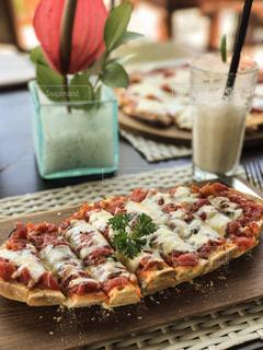 テーブルの上のピザのスライスの写真・画像素材[718056]