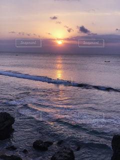 水の体に沈む夕日の写真・画像素材[718061]